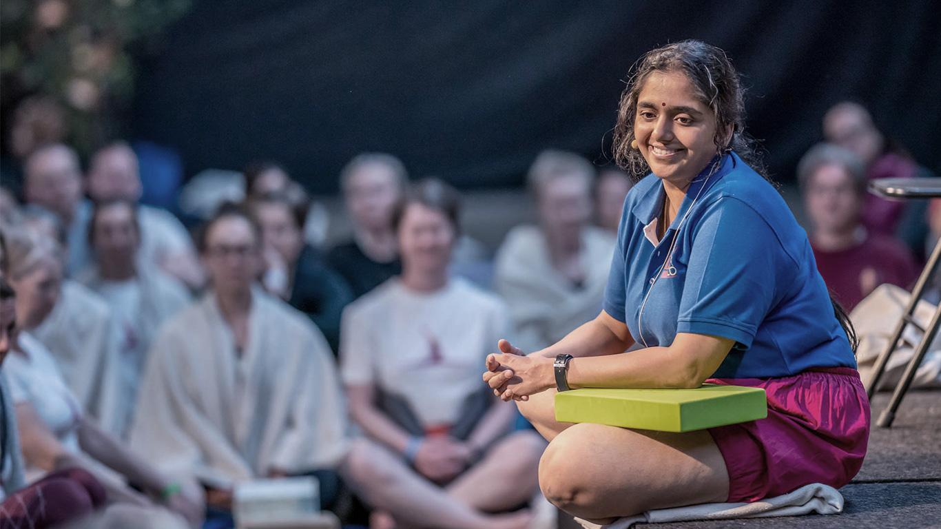 Harvinainen tilaisuus harjoitella ja opiskella iyengarjoogaa Abhijata Iyengarin opetuksessa!